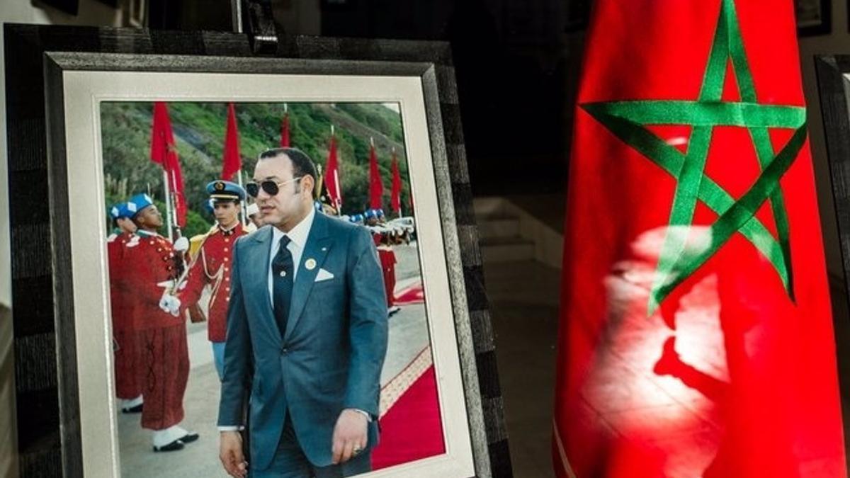 Imagen de archivo de la bandera de Marruecos junto a un retrato del rey Mohamed VI