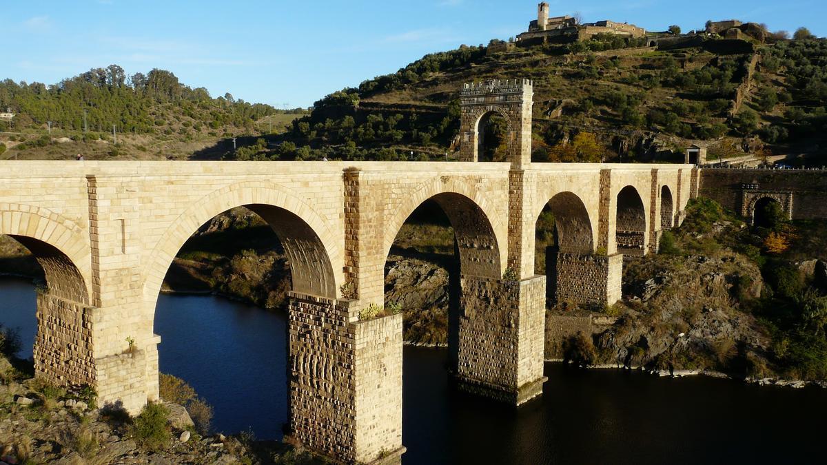 Puente de Alcántara. Esta obra de ingeniería se construyó en el 104 después de Cristo.