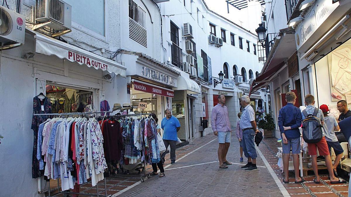 Turistas pasean por una de las calles del Casco Antiguo. | L. O.