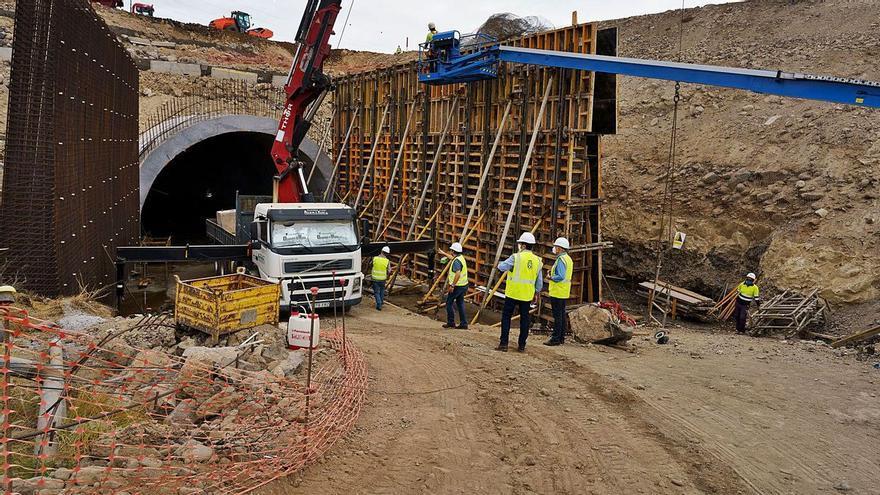 Las obras del tercer carril de la TF-1 en Oroteanda obligan a desviar el tráfico la autopista durante dos noches