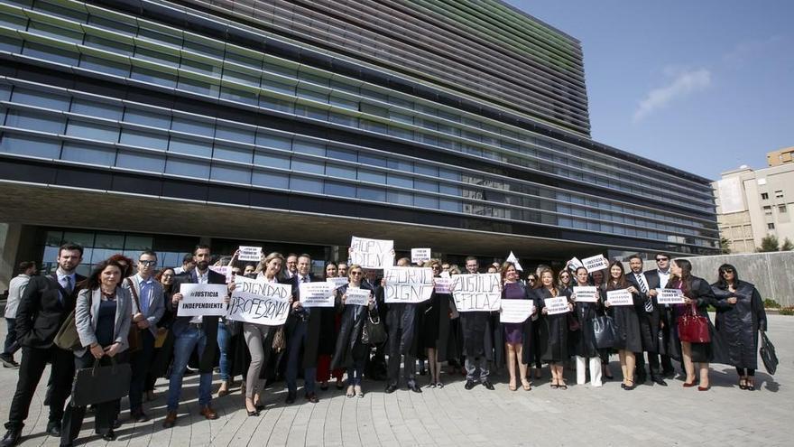 Los abogados canarios claman por su dignidad profesional