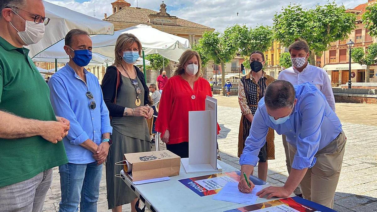 Mesa instalada por el PP en Toro para recoger firmas contra los indultos a los condenados por el 1-O. | Cedida
