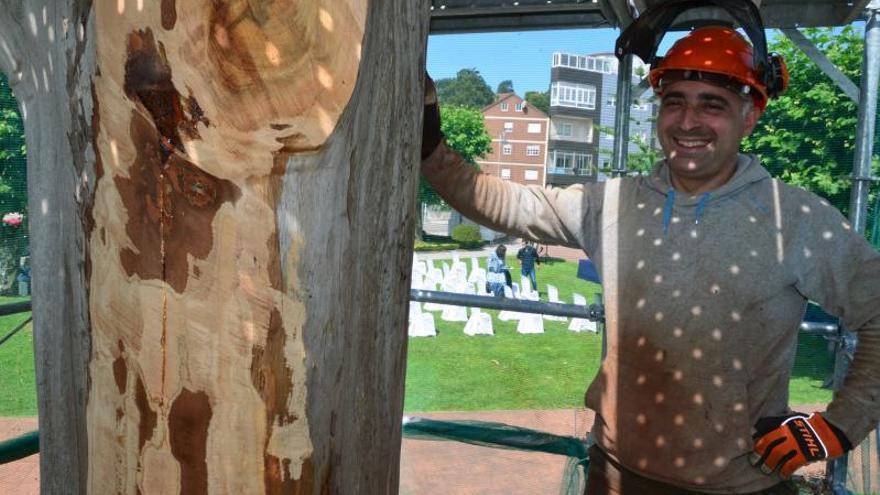 El artista Yosi Fervenza empieza a tallar en Moaña la escultura inspirada en un poema de Curros