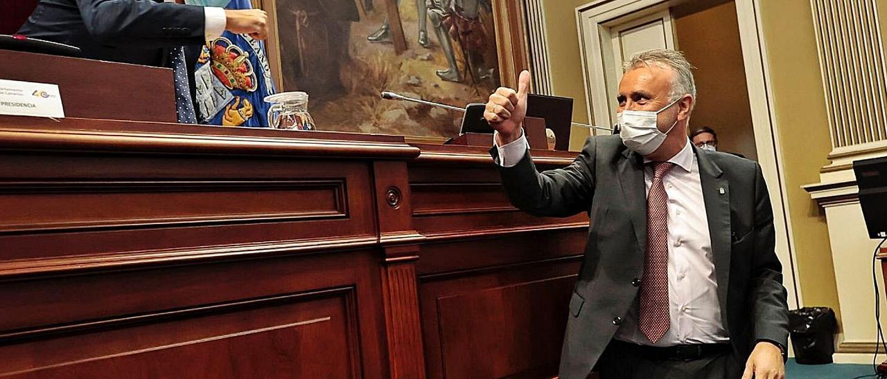 Ángel Víctor Torres saluda al presidente del Parlamento, Gustavo Matos, ayer a su llegada al Salón de Plenos. | | MARÍA PISACA