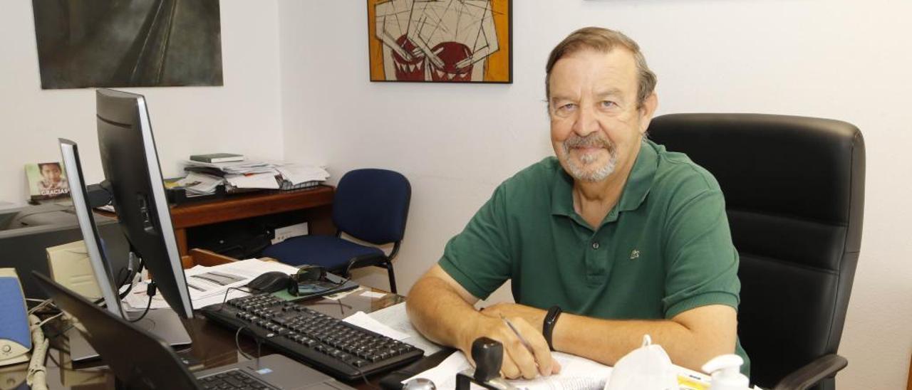 Carlos Gil en su despacho. // A. Villar
