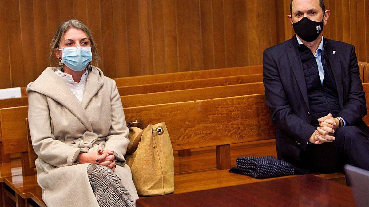 Luisa Piñeiro y Rafael Louzán, sentados en el banquillo de los acusados.    // POOL SALVADOR SAS