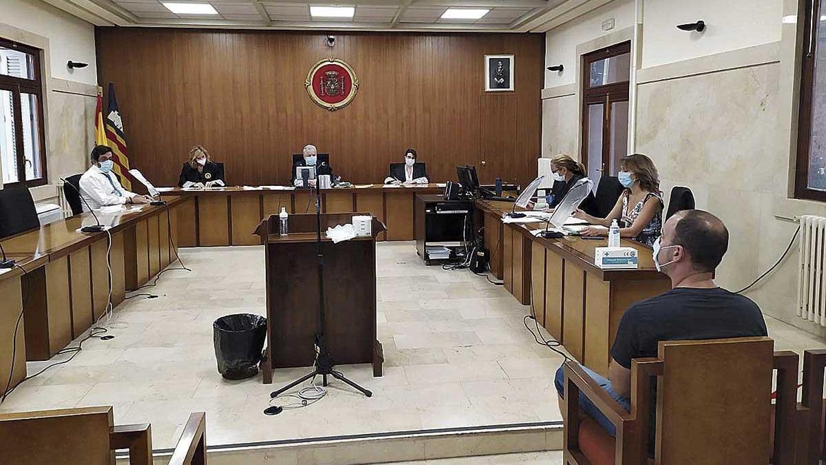 El hombre condenado, ayer en el banquillo durante el juicio celebrado en la Audiencia de Palma.