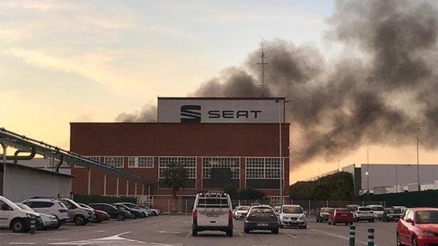 Un incendi afecta el Museu Històric de la Seat a la Zona Franca de Barcelona