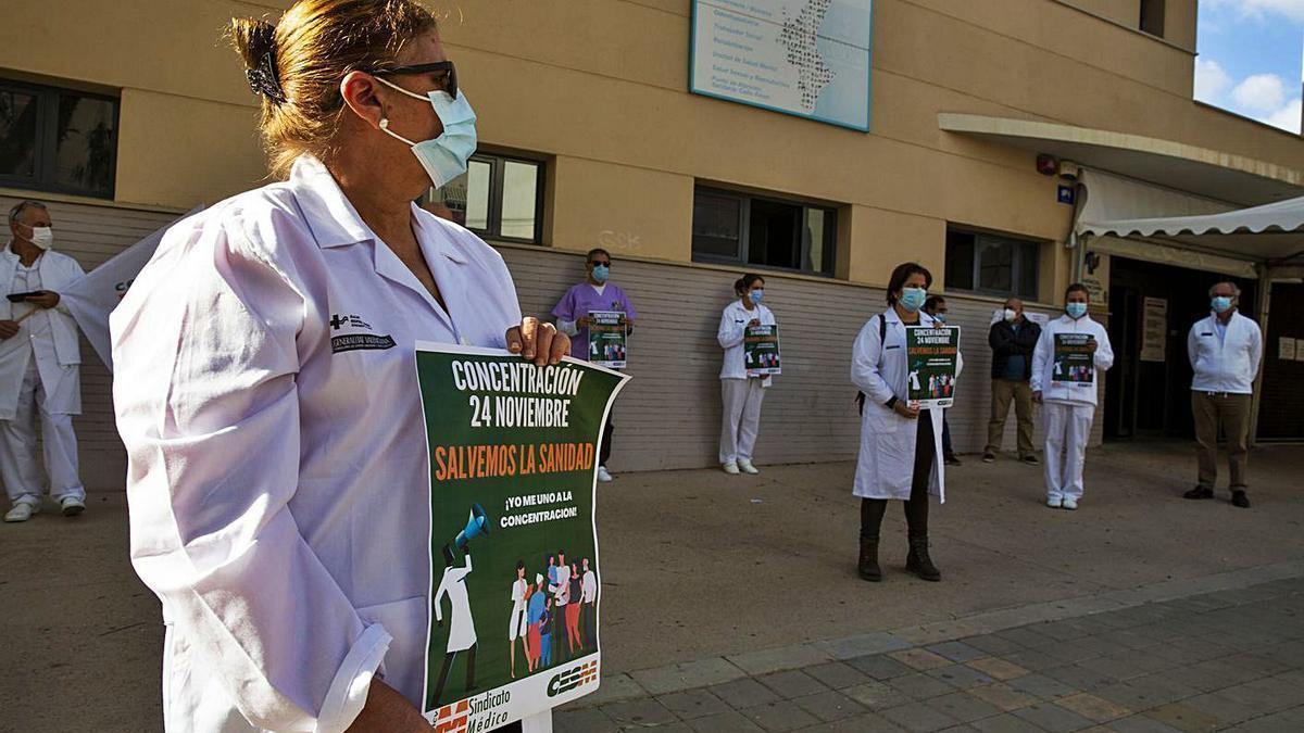 Médicos se concentran a las puertas del centro de salud de San Blas de Alicante, en una imagen de archivo. | RAFA ARJONES