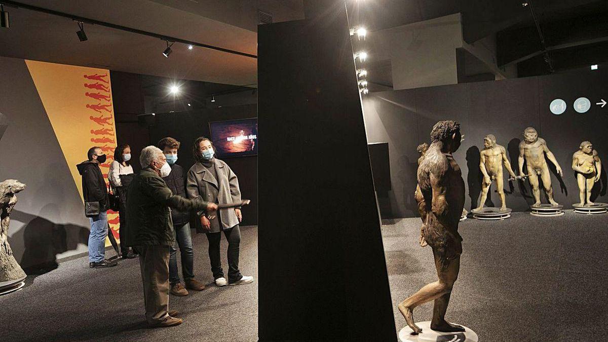"""Dos grupos de visitantes en la muestra """"Humanos!"""", ayer en La Sala de LA NUEVA ESPAÑA."""