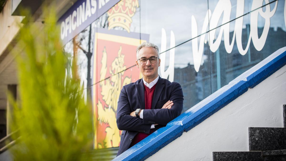 Miguel Torrecilla, director deportivo zaragocista, posa junto a las oficinas del club.