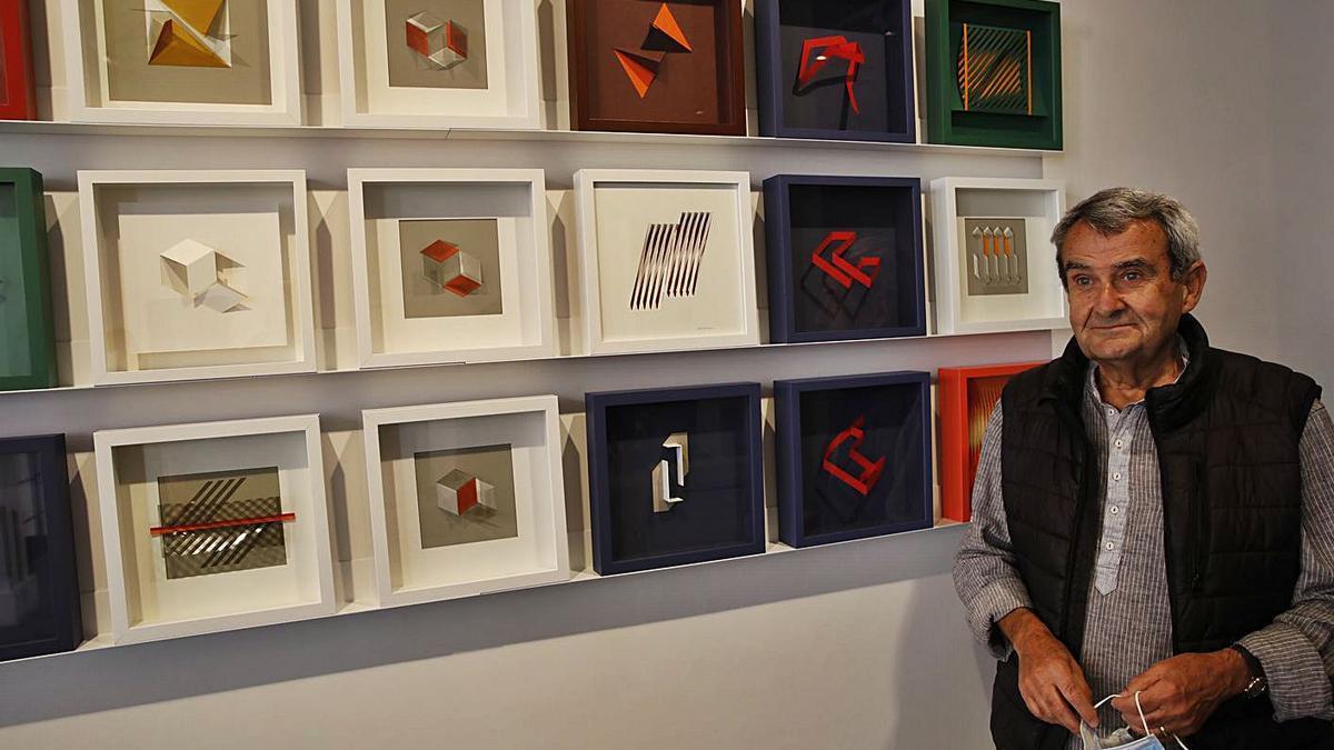 Santamarina, ayer, junto a algunas de sus obras en Cornión.   Ángel González