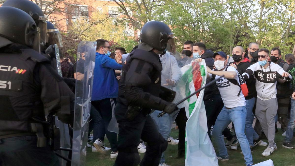 Una imagen de las cargas policiales en el mitin de Vox en Vallecas.