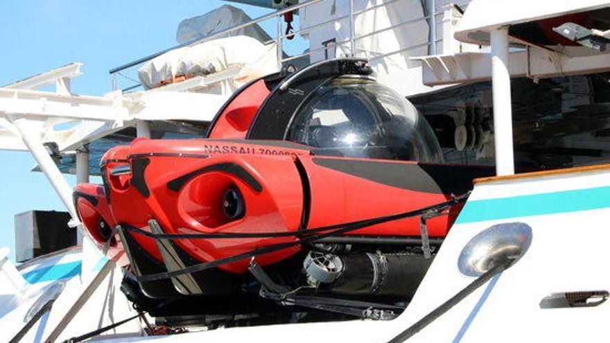 El port de Roses rep el creuer Crystal Esprit amb submarí per al lleure dels viatgers