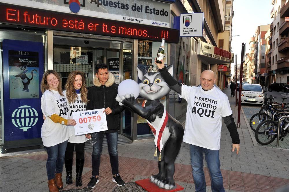 Un grupo de personas celebra el tercer premio en Villarobledo (Albacete).