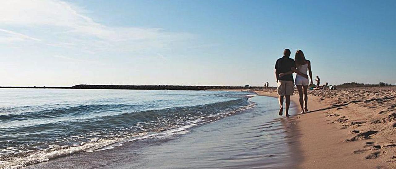 Una pareja paseando por una playa de El Campello.   INFORMACIÓN