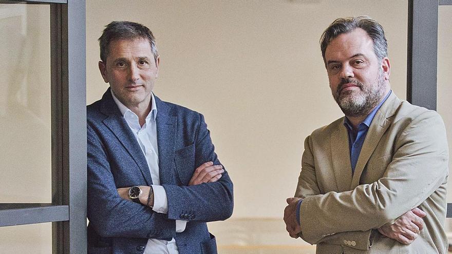El consejero delegado de Netex, Carlos Ezquerro (izquierda), junto a su socio Joserra Mosteiro (derecha), en la sede de la compañía en Oleiros.  | // L.O.