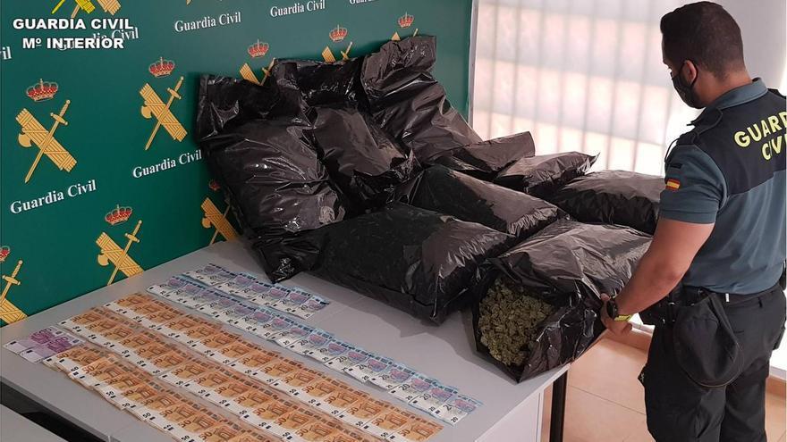 Detienen en Torrevieja a un conductor alemán con 23 kilos de cogollos de marihuana en su coche