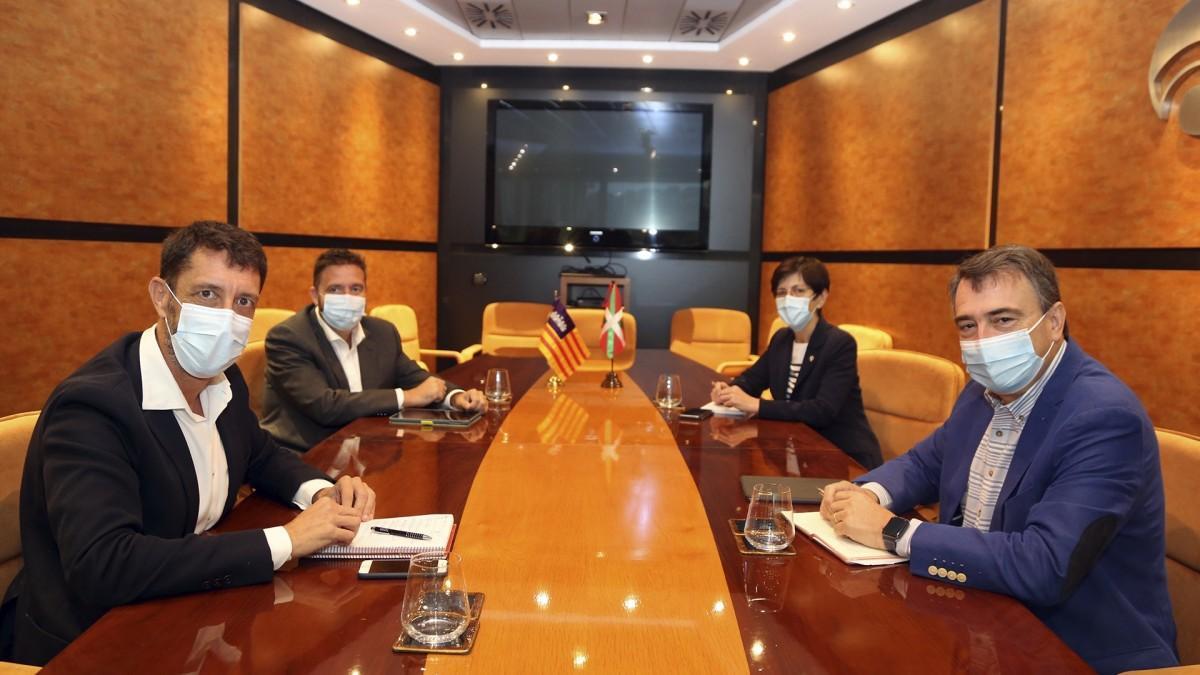 El líder de El Pi, Antoni Amengual, con el portavoz del PNV en el Congreso, Aitor Esteban.