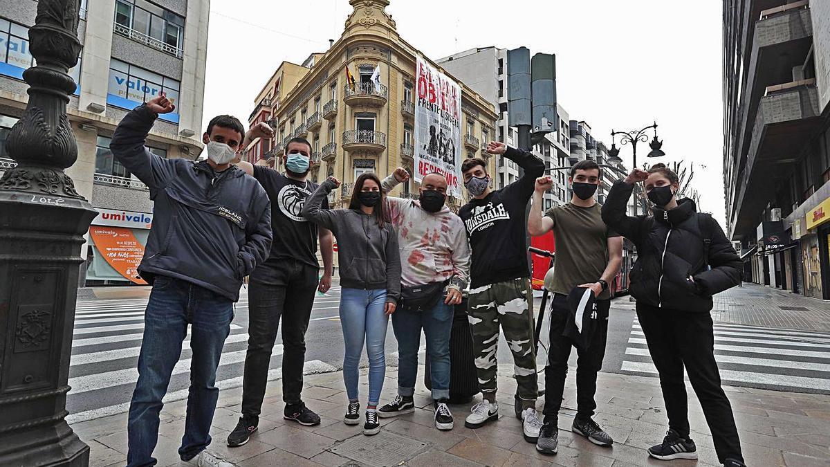Miembros de Esperanza Obrera ante el edificio ocupado de la calle Colón. | J.M. LÓPEZ
