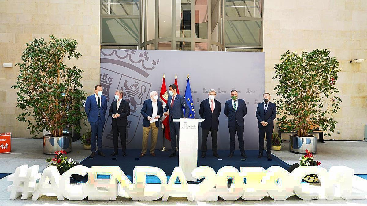 Reunión de ayer del consejero Ibáñez con representantes de la economía y el Diálogo social de la región.