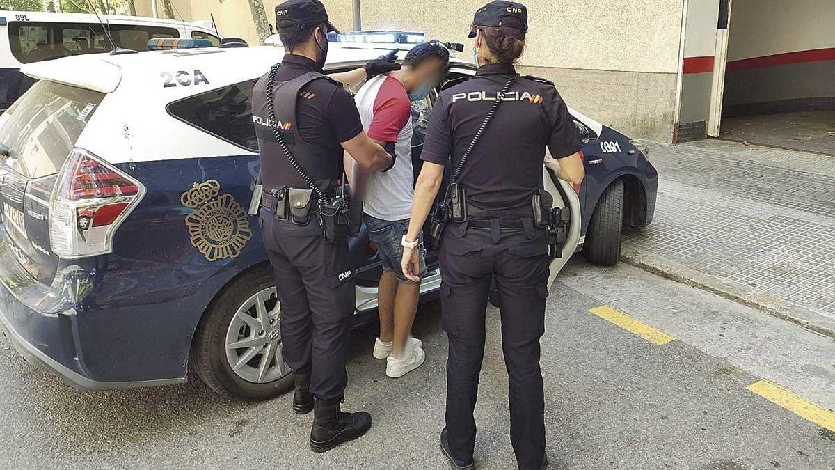 Agentes de la Policía Nacional trasladan al hombre acusado de intentar matar al joven en Corea, en Palma.