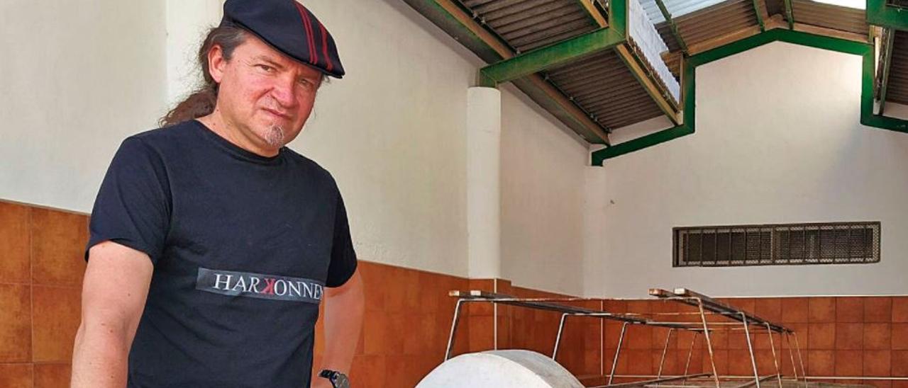 Antonio Dyaz, con tres de los libros que ha editado, en el lavadero de Benifairó, uno de los espacios más emblemáticos del municipio.   T. Á. C