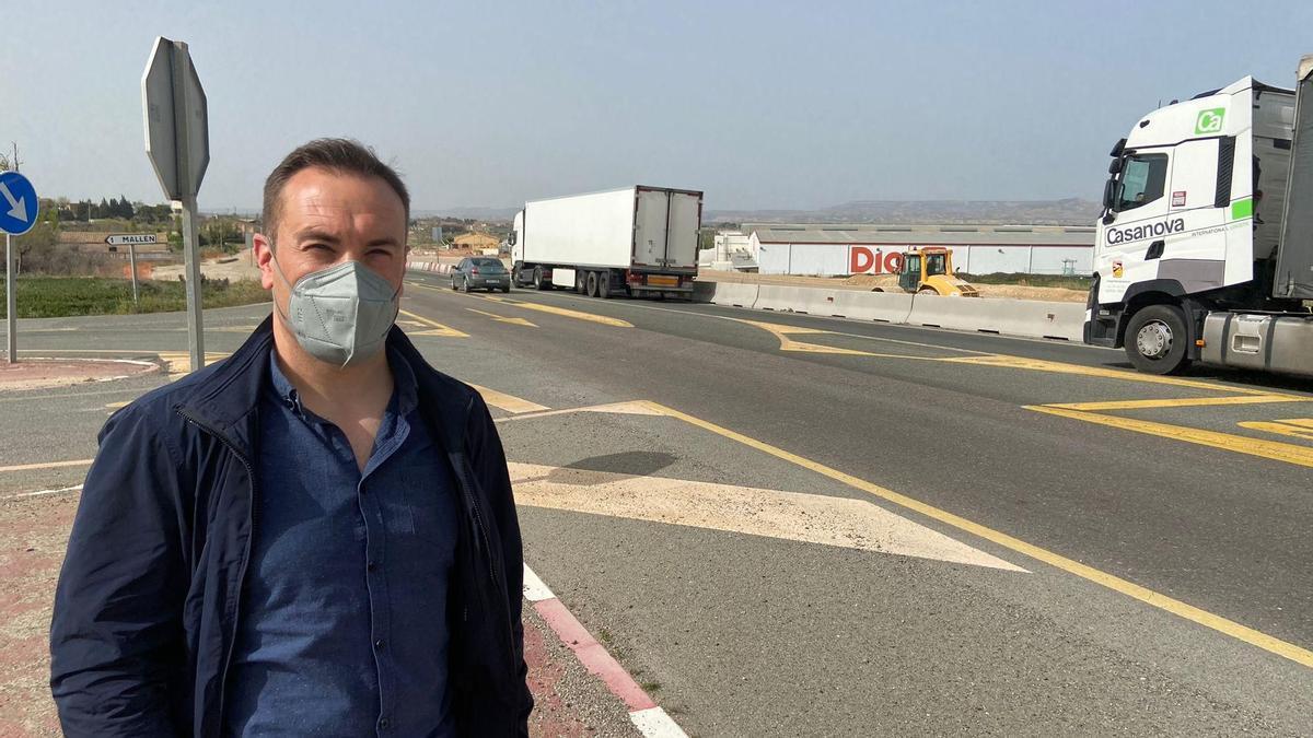 El alcalde de Mallén, Rubén Marco, junto a la N-232 que está en proceso de conversión en autovía.