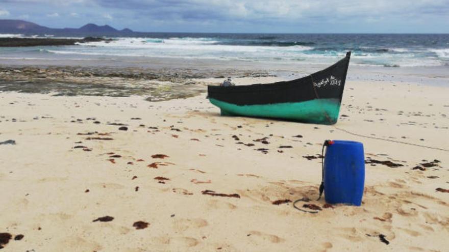 Una patera alcanza una playa de La Graciosa