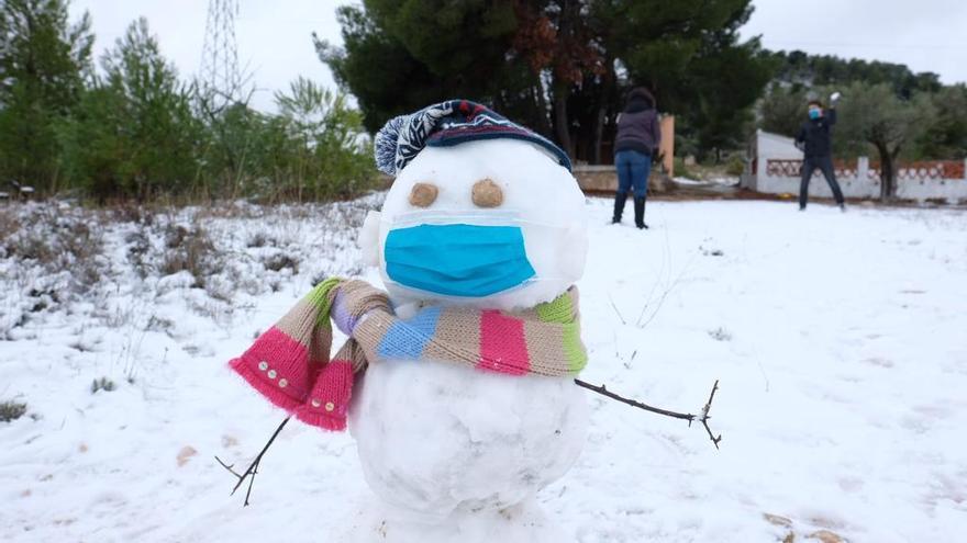 Muñeco de nieve en el puerto de Biar con su mascarilla.