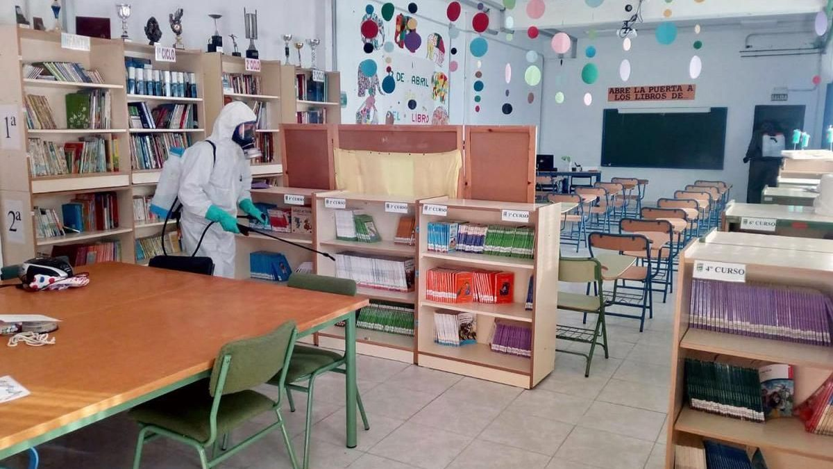 Desinfección de un centro educativo de la provincia.