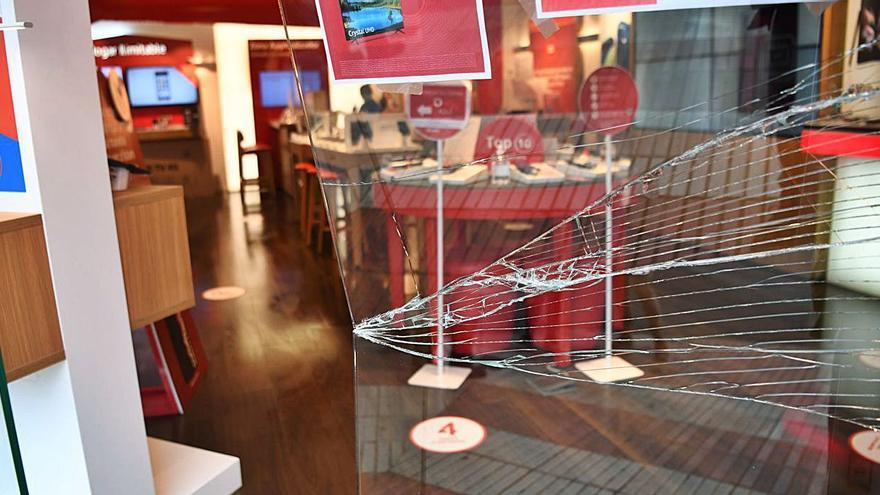 Robados un patinete y un reloj inteligente en la tienda de Vodafone de la plaza de Pontevedra