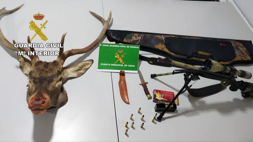 Dos cazadores furtivos intentan eludir un control en Cieza con venado despiezado