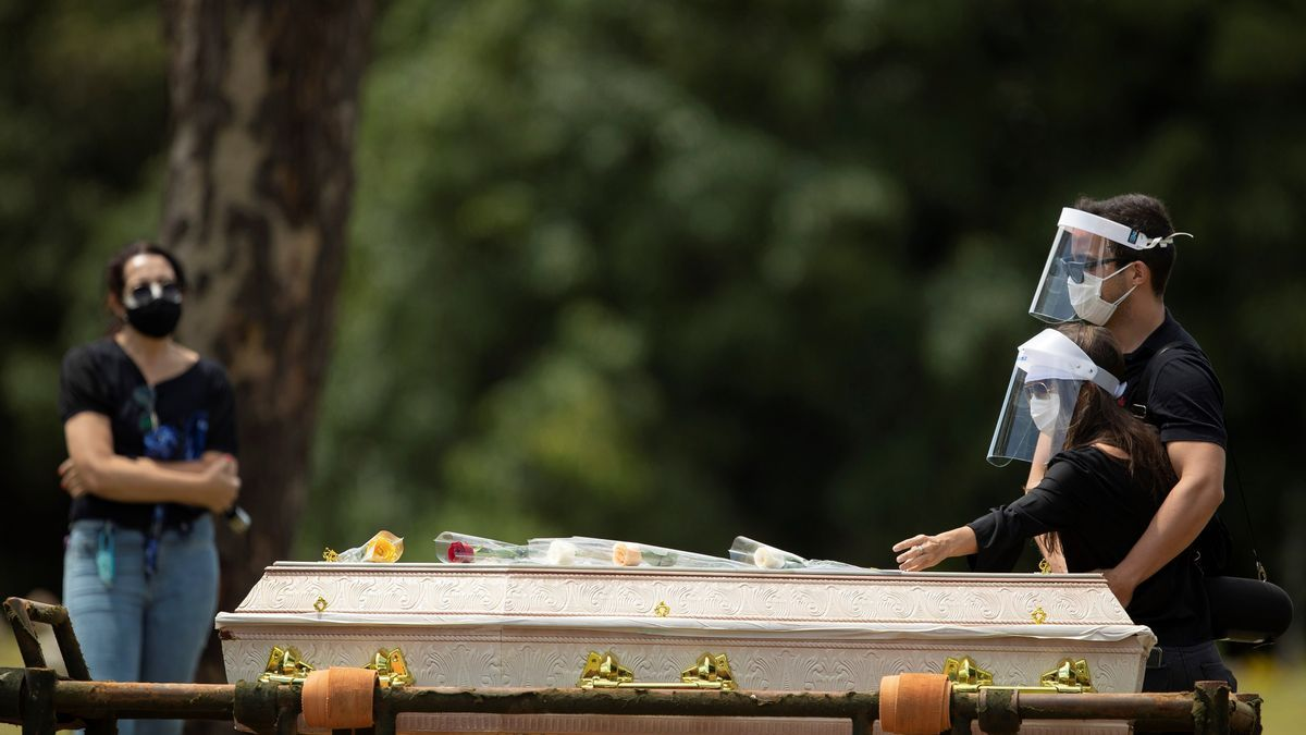 Un Brasil sin brújula roza los 300.000 muertos en la peor fase de la pandemia.