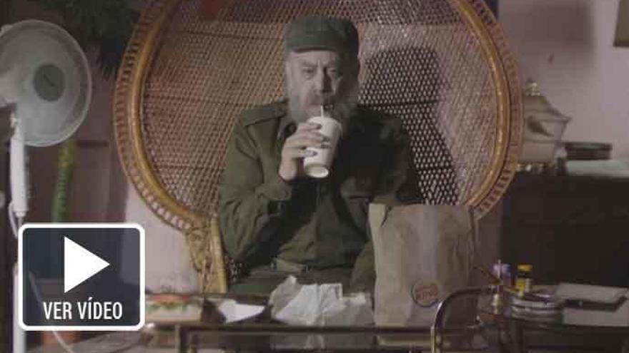 Fidel Castro se rinde a la comida rápida yanki en este mordaz corto