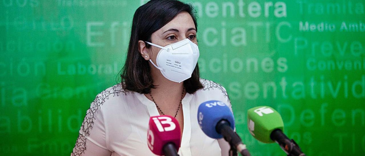 Maria Àngels Marí, secretaria general de la Pimeef, explica el contenido de la encuesta. | VICENT MARÍ
