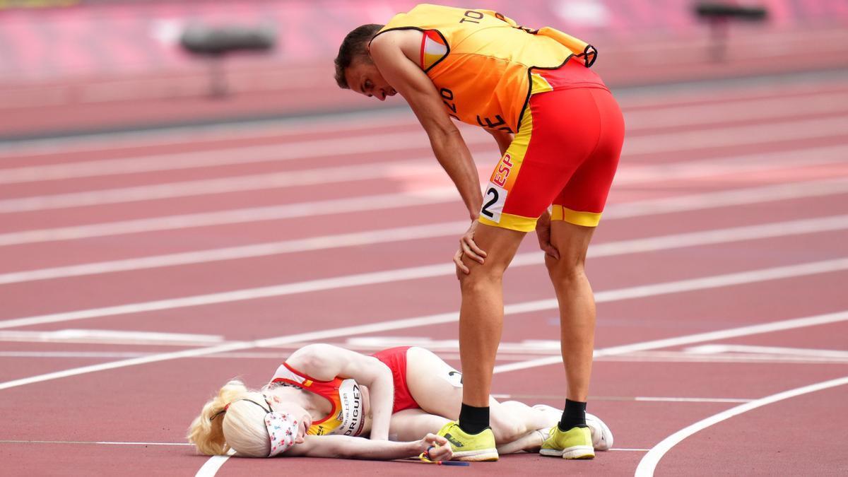 Susana Rodríguez Gacio cae al tartán tras cruzar la meta junto a su guía, Celso Comesaña.