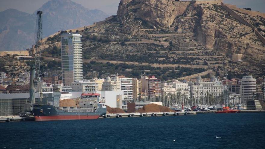El moviento de carga crece un 32% en el puerto en octubre
