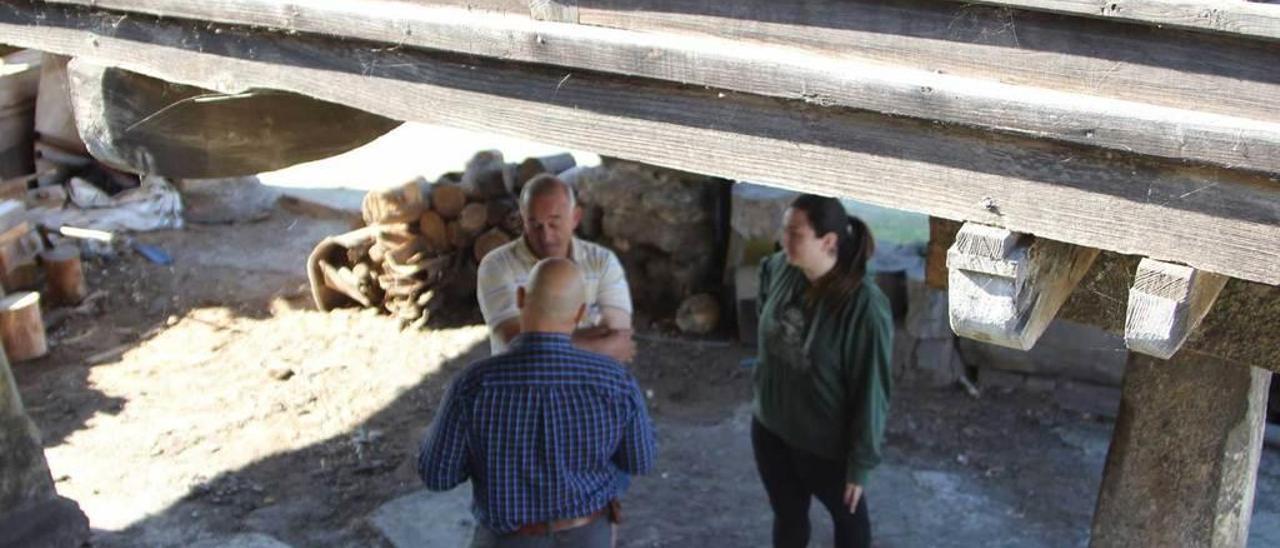 Víctor Álvarez y Maite García conversan bajo la panera con Pepe García.