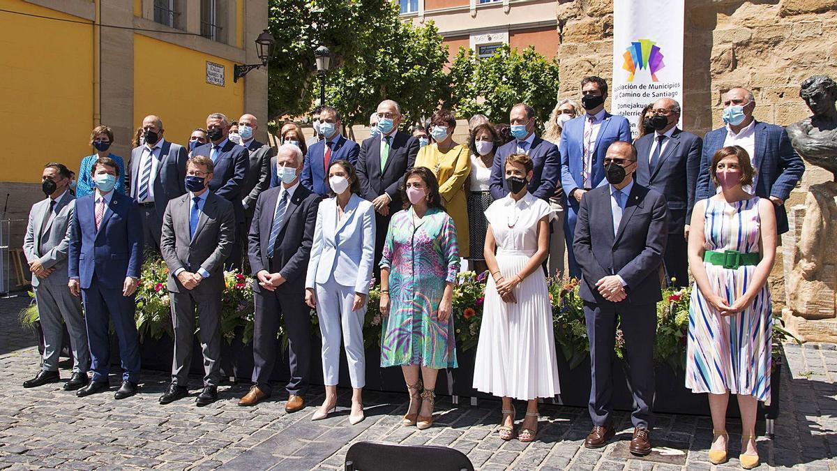 La ministra Reyes Maroto, en el centro, ayer en la firma de la declaración del Camino Francés, en Logroño     // E. P.