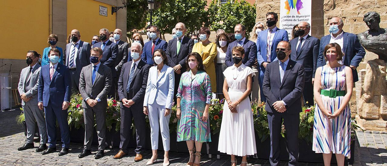 La ministra Reyes Maroto, en el centro, ayer en la firma de la declaración del Camino Francés, en Logroño |   // E. P.