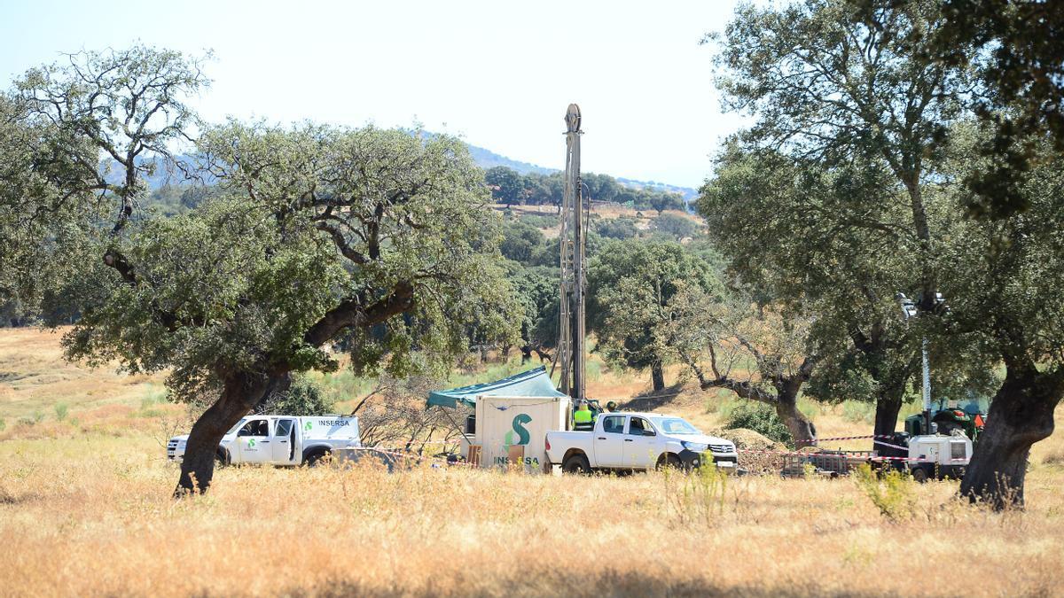 Trabajos para la toma de testigos de litio en le terreno de Las Navas, el pasado verano.