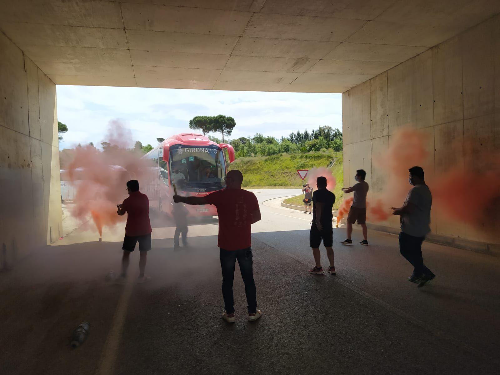 Aficionats reben els jugadors del Girona