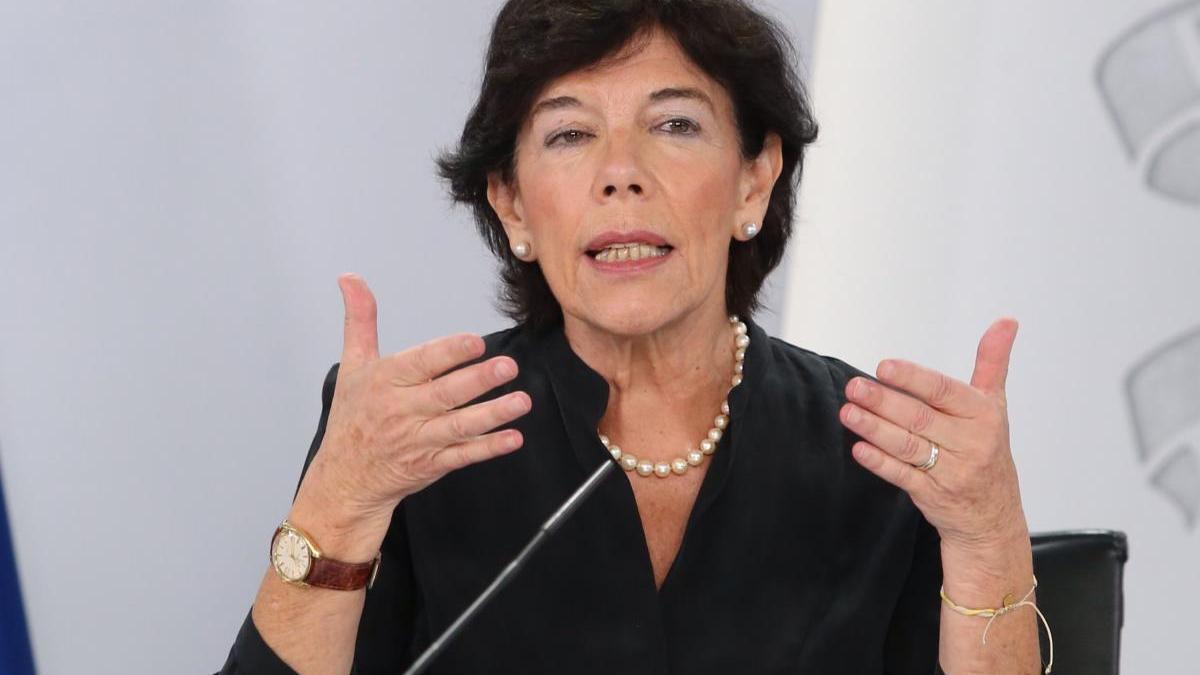 La ministra de Educación, Isabel Celaá, durante una comparecencia.
