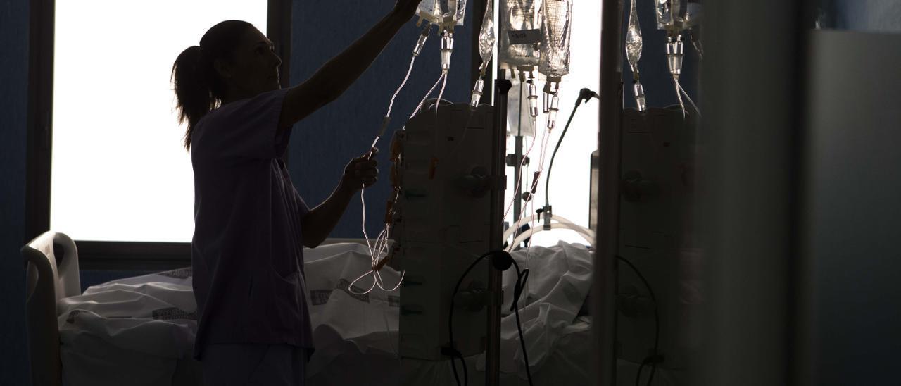 Un enfermera en una UCI de un hospital de la provincia,  en imagen de archivo