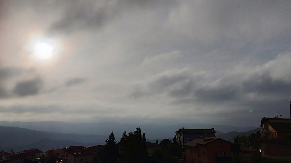 El sol va trencant la barrera dels núvols.