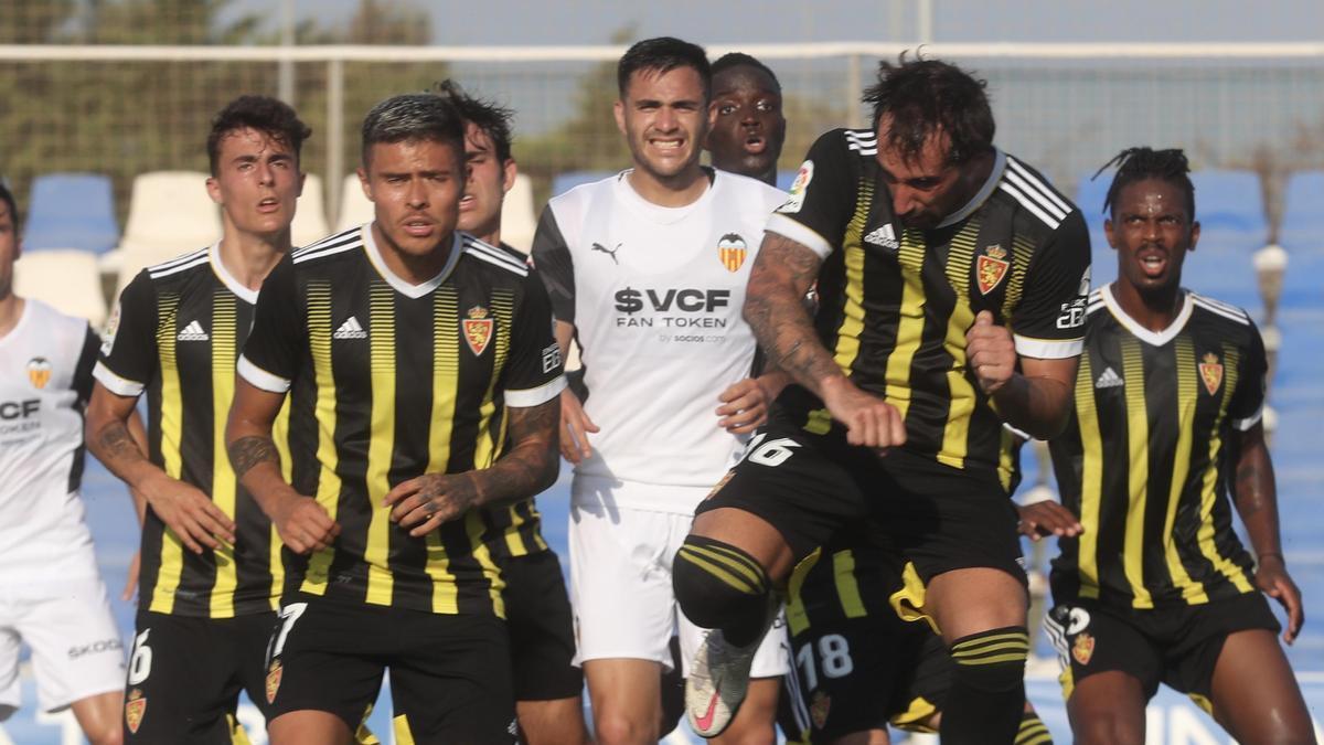 Narváez y Eguaras, de frente y sin publicidad en la camiseta, despejan un balón en el duelo ante el Valencia.