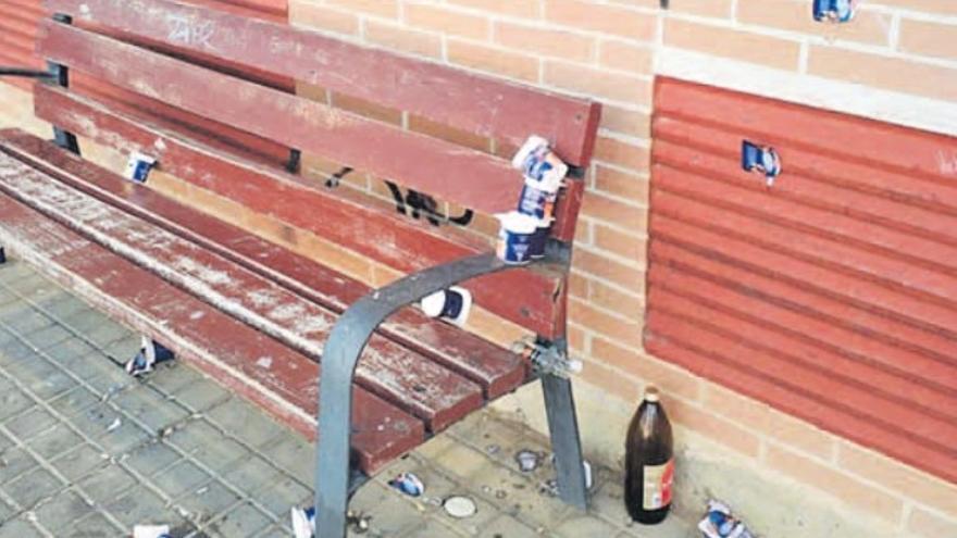 Acumulación de basura y destrozos en varios bancos de Benavente