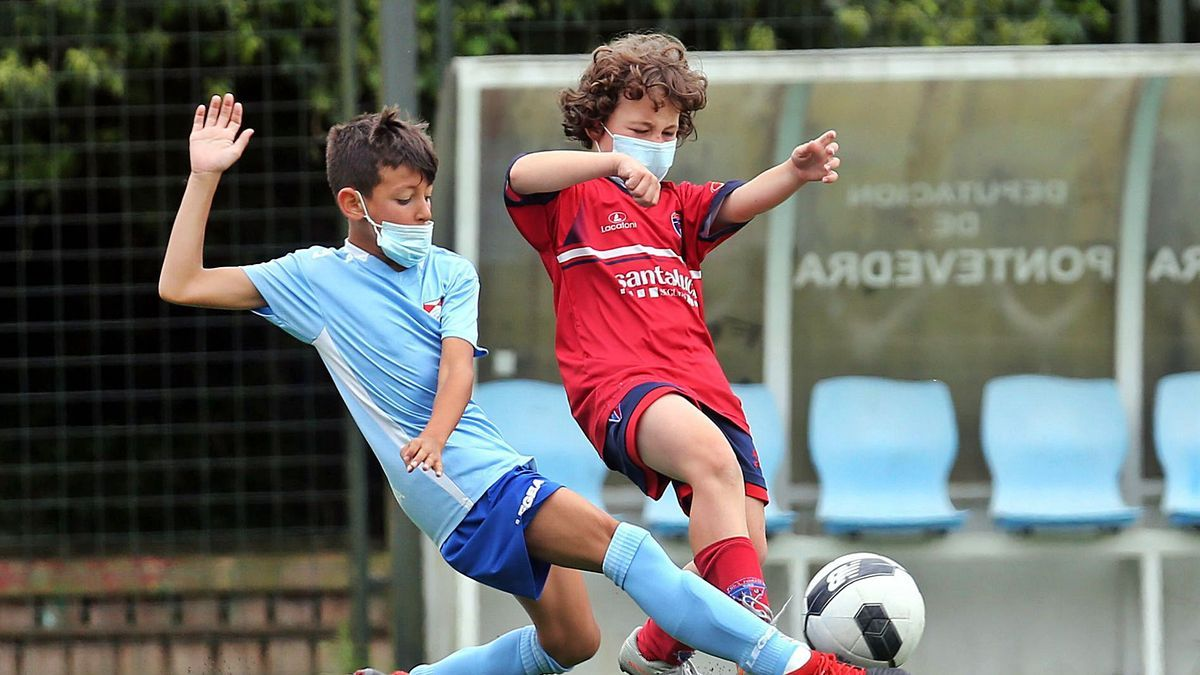 Un momento del partido entre el Santa Mariña C y Matamá B de la categoría sub10. // MARTA G.BREA