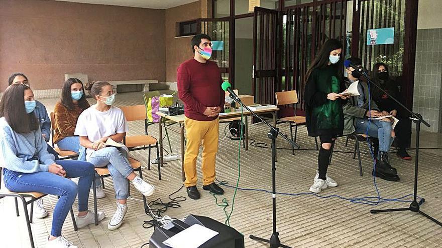El IES Mendiño edita un poemario con los versos redactados por sus alumnos